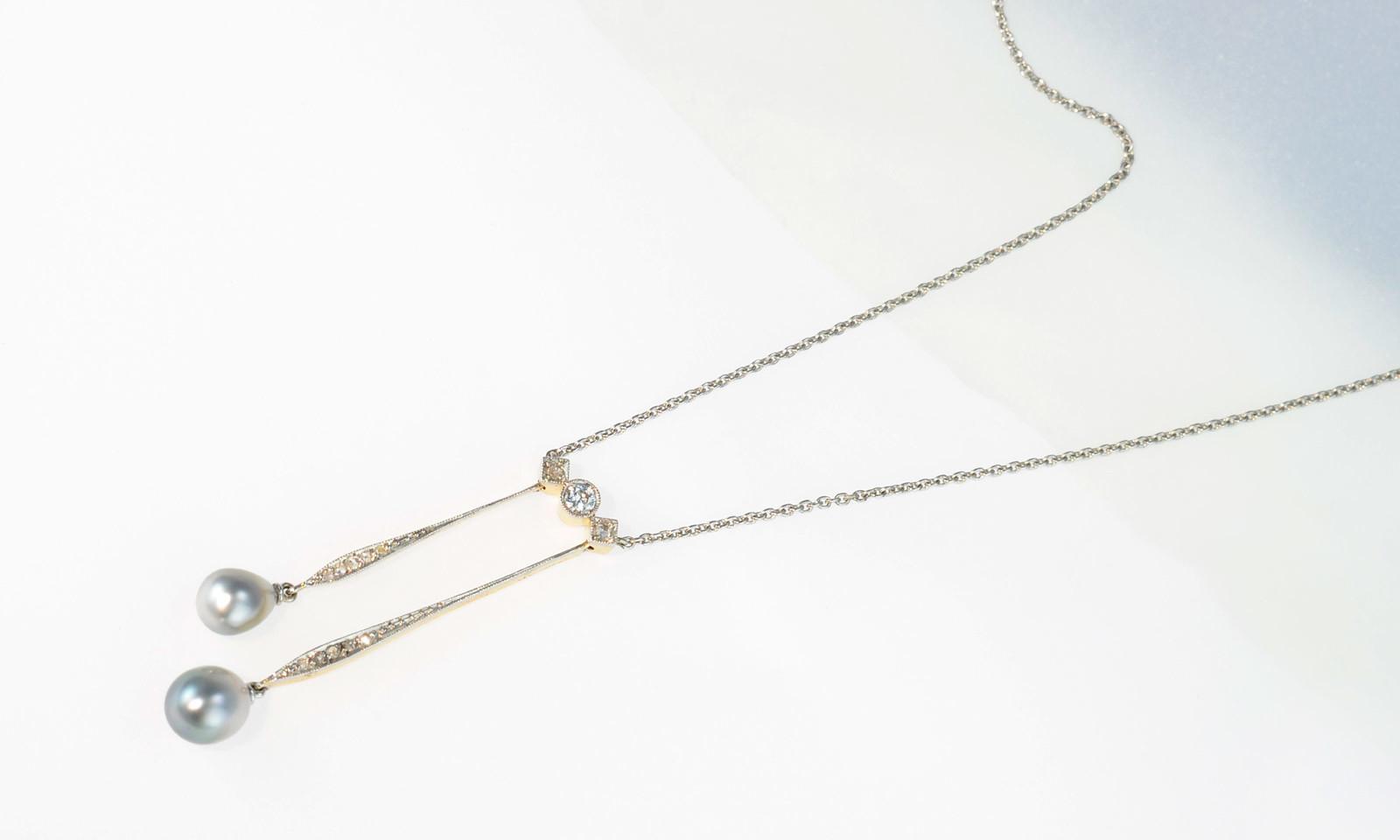 Anhaenger Art Deco Perlen. Negligé-Anhänger Art Déco, um 1920, Platin auf Gelbgold 585, mit Altschliff-Diamanten und Perlen, Kette Platin 950, CHF 2700.-