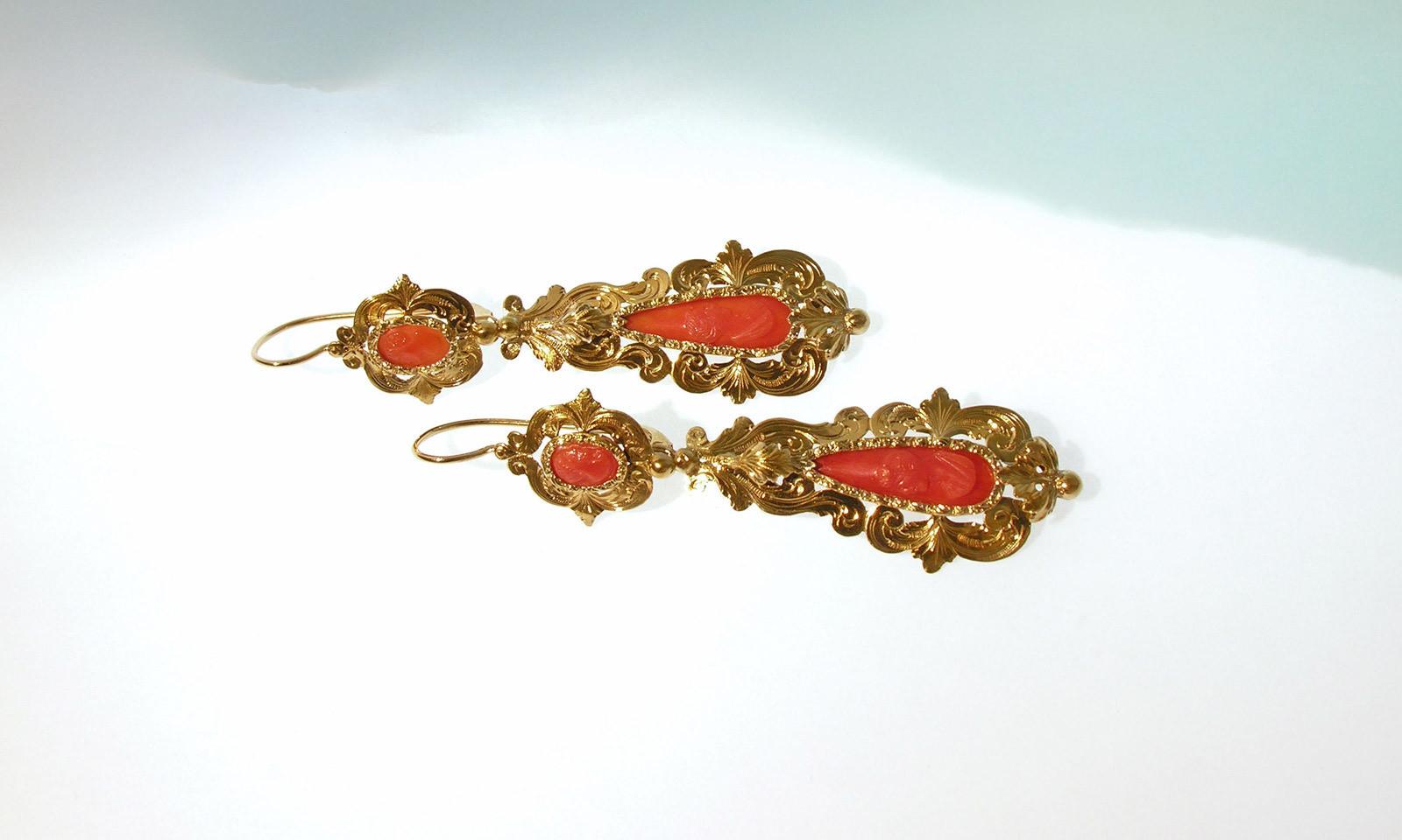 Ohrhaenger 19  Jhd  Koralle. Ohrhänger Gelbgold 585, ziseliert und graviert, mit geschnitzten Korallen, um 1845, Unterteil abnehmbar, in 3 Varianten tragbar, CHF 4200.-