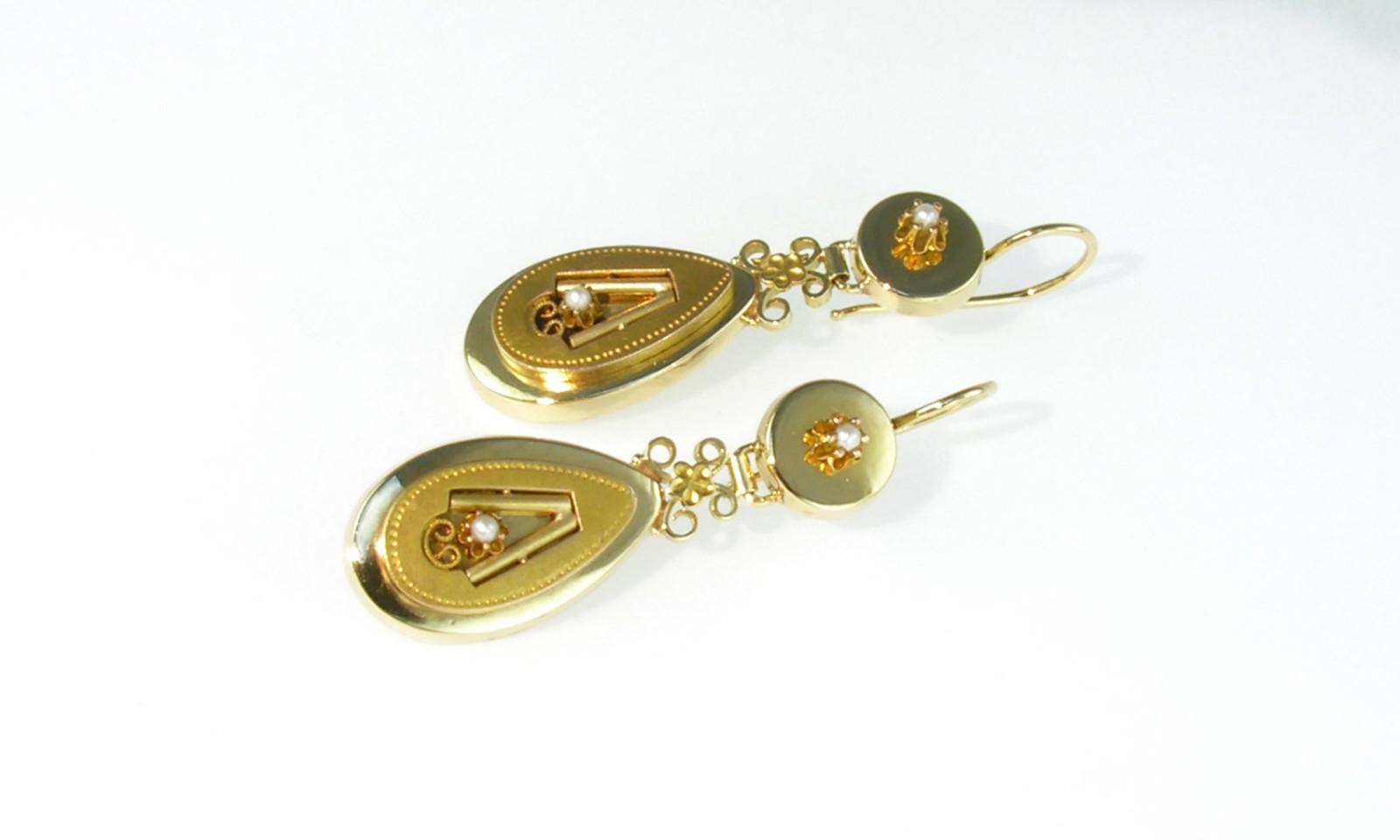 Ohrhaenger Biedermeier Gold. Ohrhänger Biedermeier, Gold 585 mit 4 kleinen Perlen, Länge ohne Haken 36 mm, CHF 2250.-