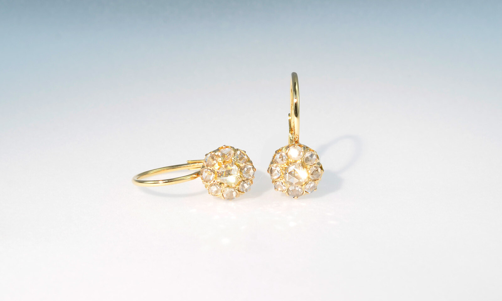 Ohrhaenger diamantrosen. Ohrhänger, um 1870, Gelbgold 750 mit 18 Diamanten im Rosenschliff total ca. 1.0 ct., Durchmesser 8 mm, CHF 2850.-