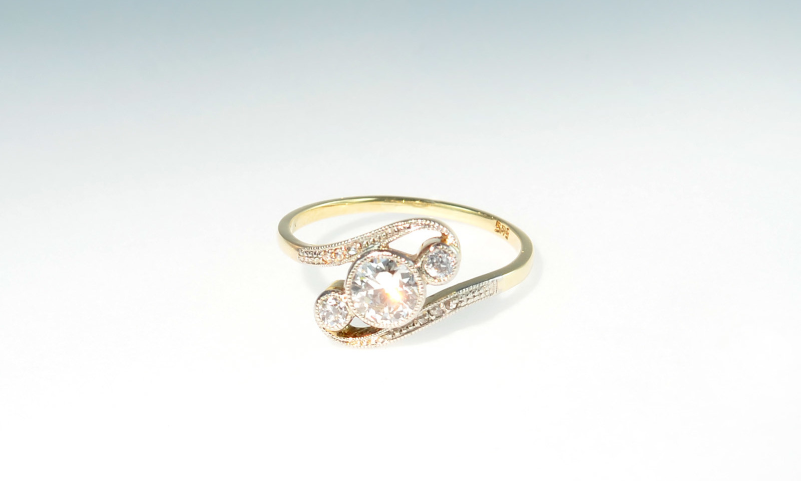 Ring belle epoque brill. Ring Belle Epoque, Platin auf Gelbgold 585, mit Diamant Altschliff d 5.4 mm ca. 0.60 ct., 2 Diamanten Altschliff d 2.5 mm und 6 kleinen Diamanten im Rosenschliff, CHF 2850.-