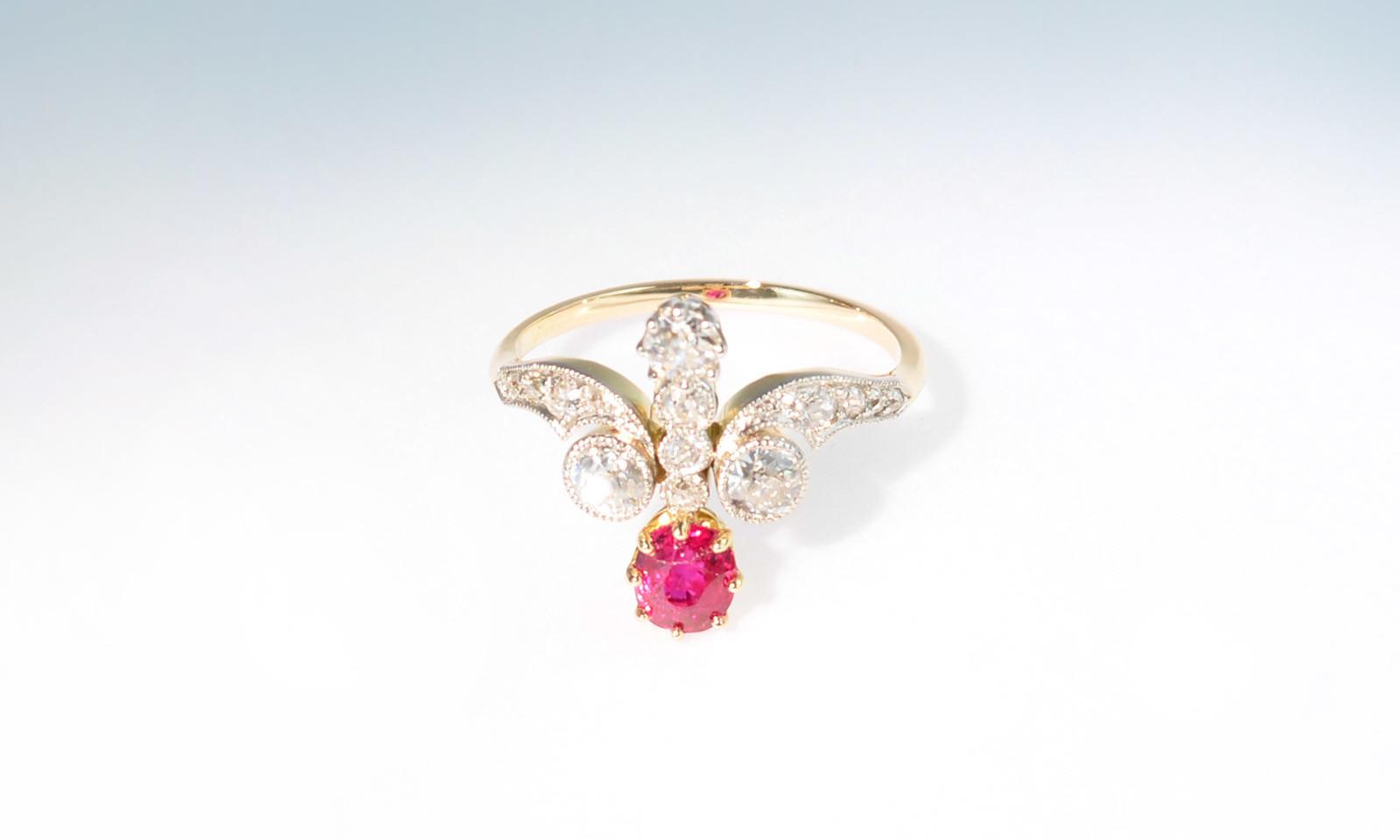 Ring belle epoque rubin 2. Ring Belle Epoque, Platin auf Gelbgold 750 mit Rubin 0.78 ct. und 16 Altschliff-Diamanten total ca. 0.70 ct., CHF 5600.-