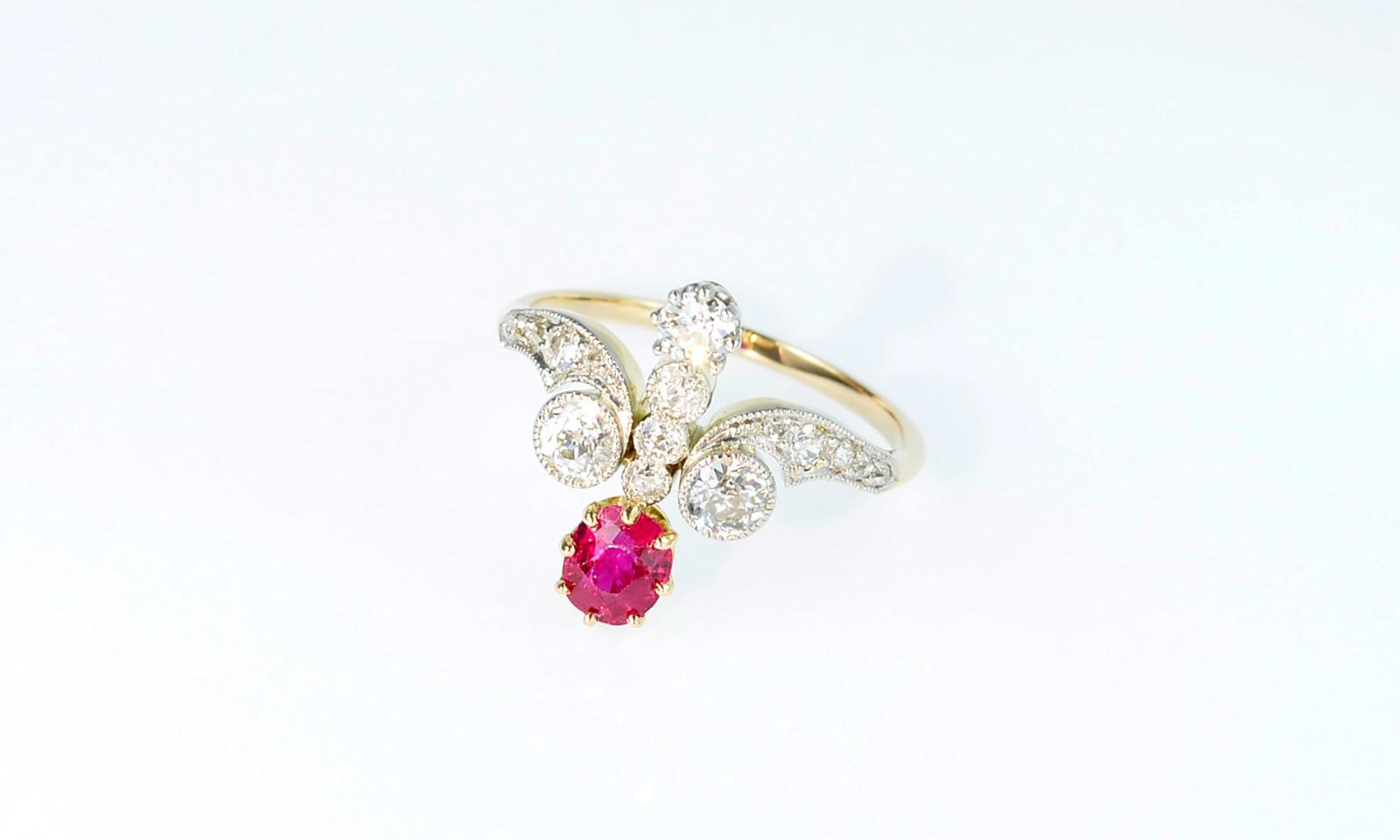Ring Belle Epoque Rubin. Ring Belle Epoque, Platin auf Gelbgold 750 mit Rubin 0.78 ct. und 16 Altschliff-Diamanten total ca. 0.70 ct., CHF 5600.-