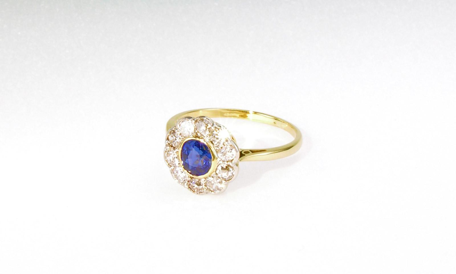Ring Entourage Safir. Ring um 1880, Platin auf Gelbgold mit Safir d 5.0 mm und Entourage aus 12 Diamanten im Altschliff d 2.5 mm, CHF 2900.-