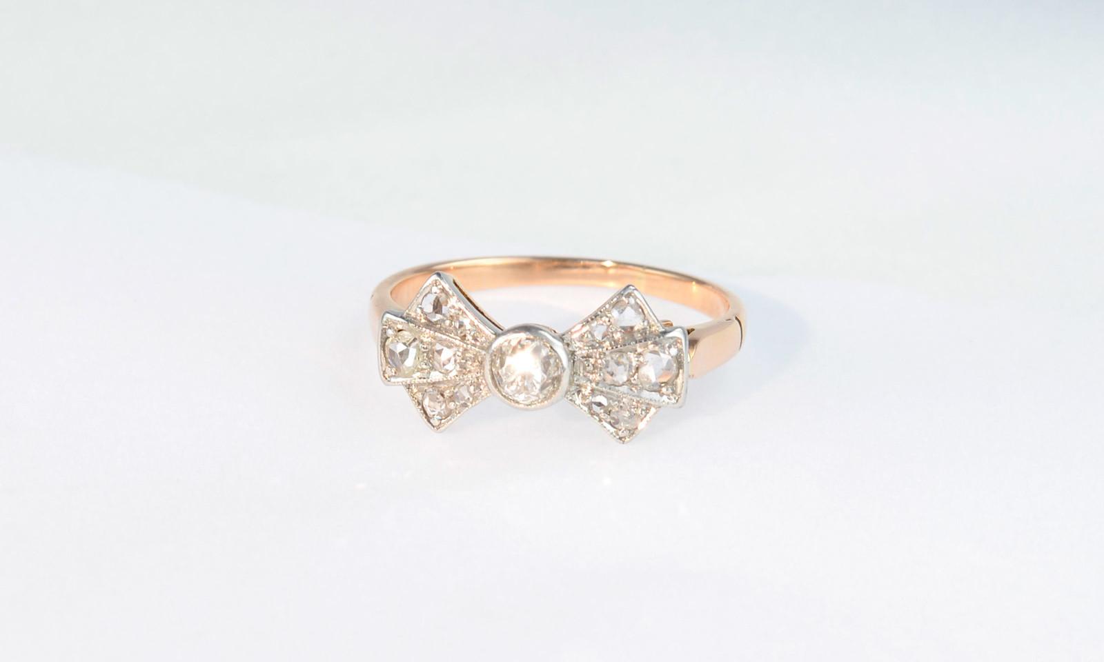 Ring Schleife Antik. Ring Art Déco, Platin auf Rotgold 583, Russland um 1930, mit Altschliff-Diamant 3.9 mm und 12 Diamanten im Rosenschliff, CHF 1950.-