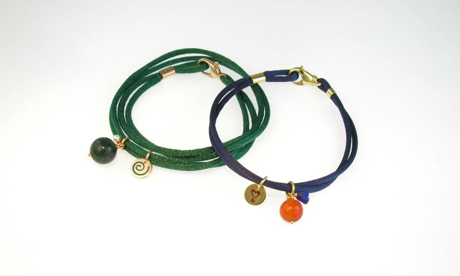 Bracelet Gold Karneol. Bracelet Textil und Gelb- und Rotgold 750, mit diversen Anhängern aus Achat, Lapislazuli, Perle, Keramik, je CHF 905.- / in diversen Farben mit individuellen Anhängern lieferbar