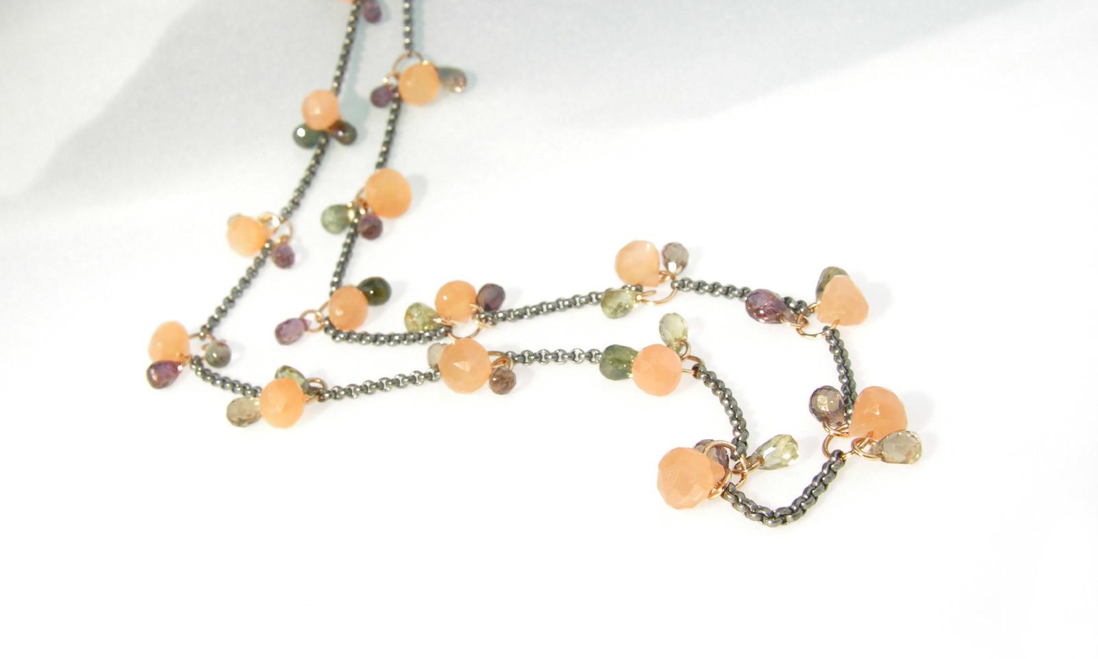 Kette Mondstein Safir. Kette mit Safiren und Mondsteinen, Silber geschwärzt und Rotgold 750, Länge 47 cm, CHF 2800.-