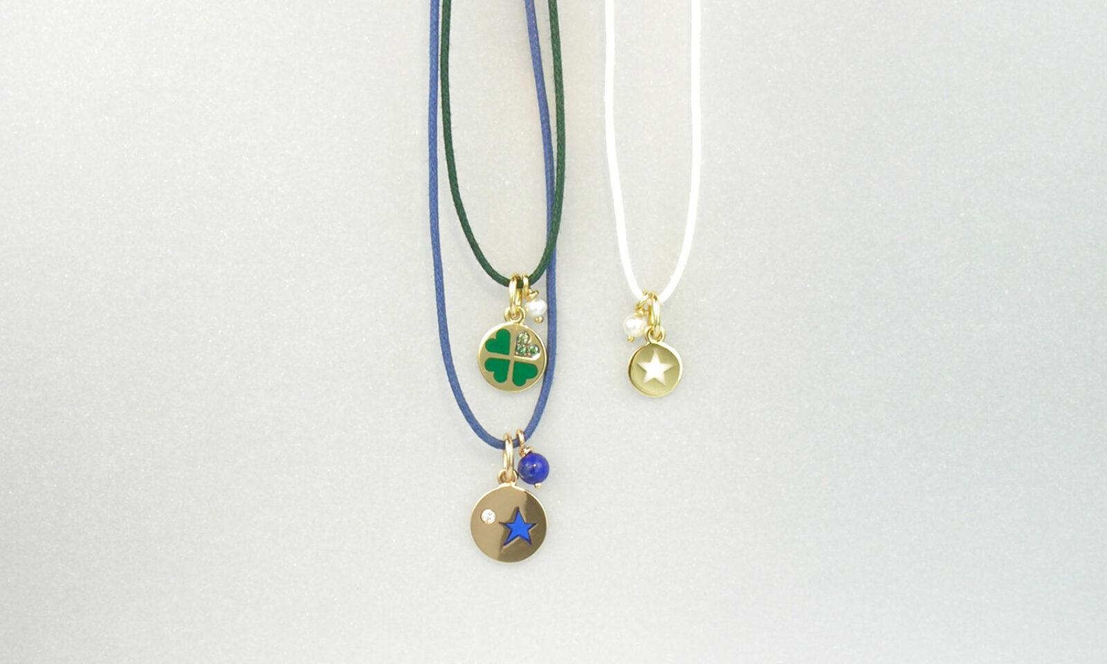 Anhaenger Gold. Anhänger Gelb- und Rotgold 750 mit Keramik, Diamant, Perle und Lapislazuli, an Halsband Textil mit Verschluss Gelbgold 750, CHF 695.- / 635.- / 525.-