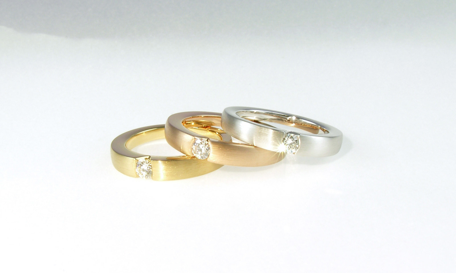 Ringe Solitaire. Ring Gelbgold 750 / Rotgold 750 / Weissgold 750 mit Brillant TW vs d 3.5 mm, jeweils CHF 2200.-