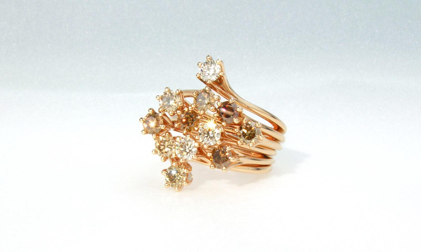 Ring Rotgold Mit Braunen Brillanten. Ring Rotgold 750 mit 12 naturfarbenen Brillanten d 3.9 mm, total 2.77 ct., bestehend aus 6 einzelnen Ringen, CHF 15'000.-