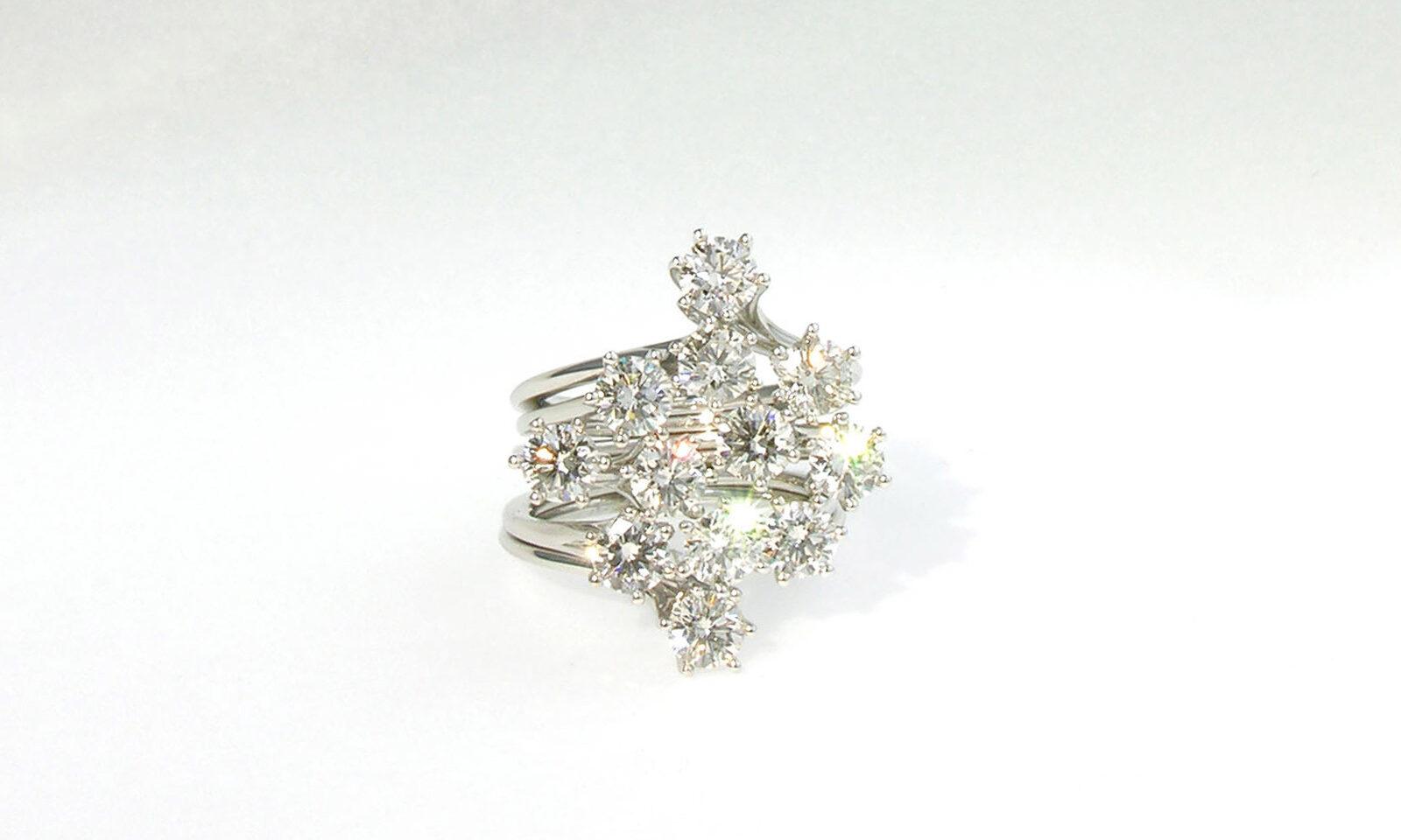 Ring Weissgold Brillanten. Ring Weissgold 750 mit 12 Brillanten d 4.2 mm H/I si total 3.72 ct., bestehend aus 6 einzelnen Ringen, CHF 21'000.-