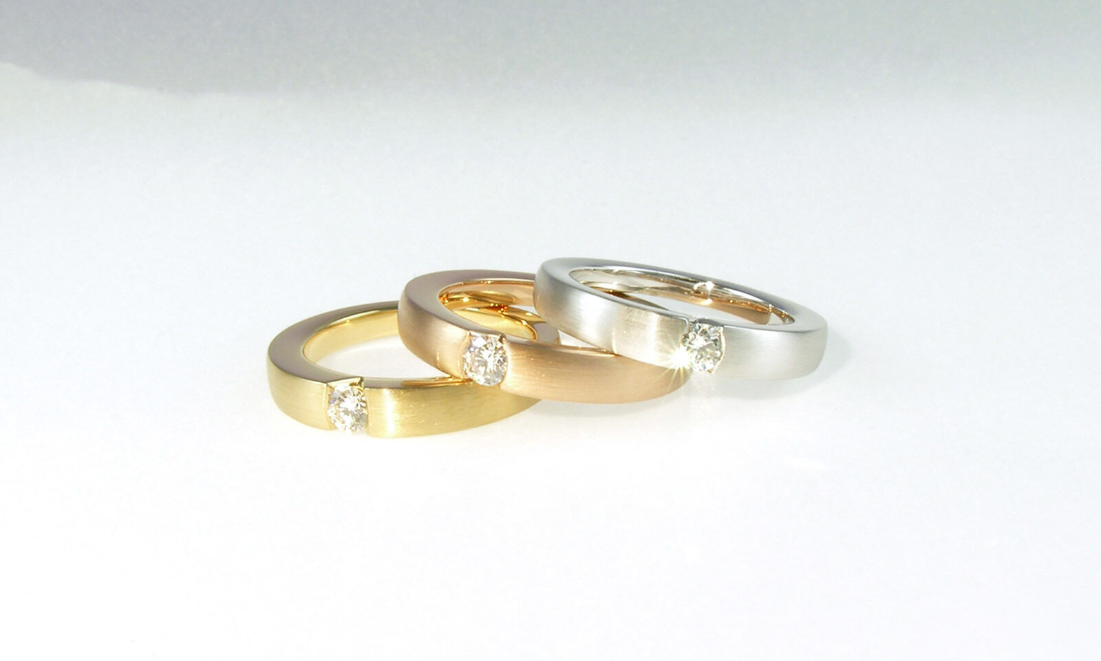 Ringe Solitaire. Ring Gelbgold 750 / Rotgold 750 / Weissgold 750 mit Brillant TW vs d 3.5 mm, jeweils CHF 2300.-