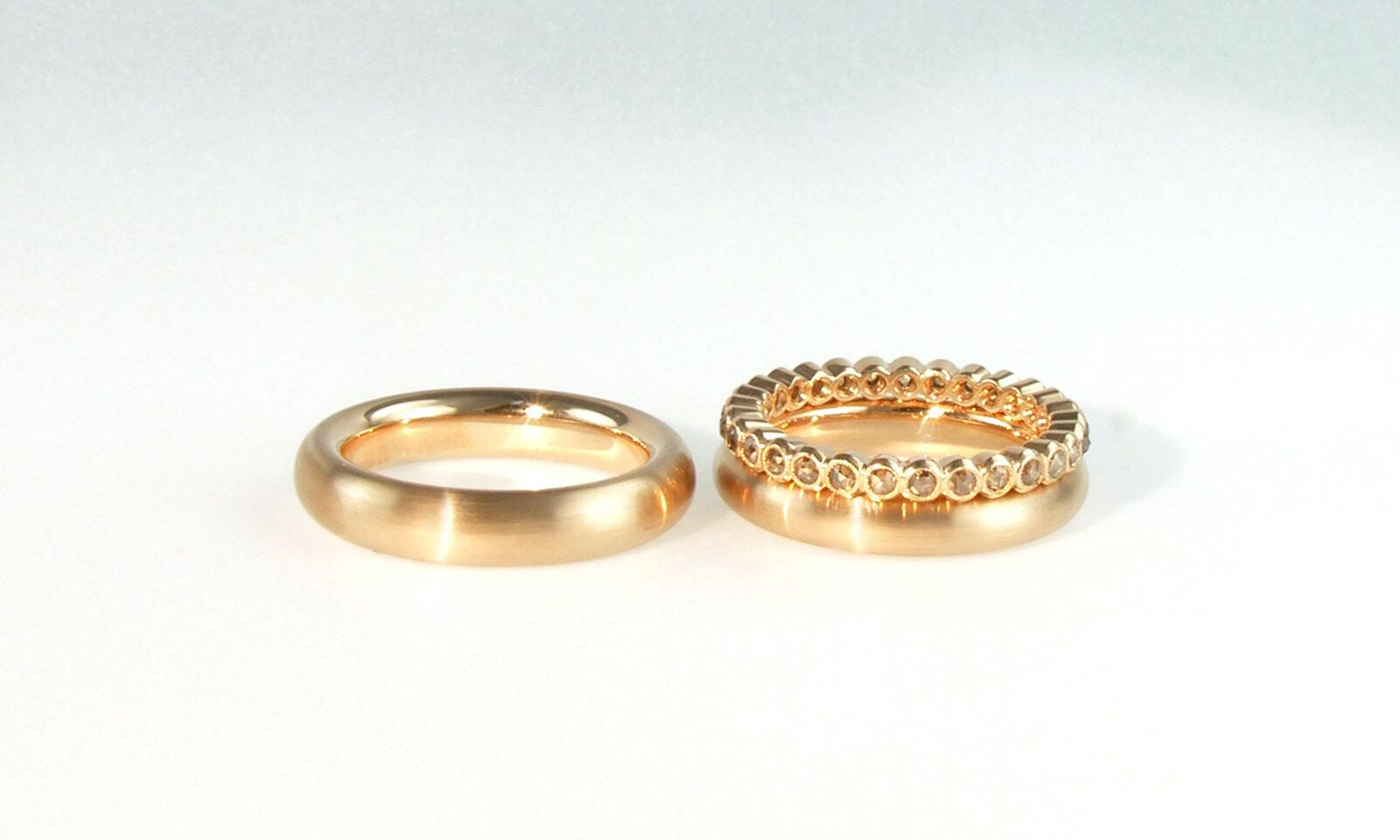 Diamanten Rosenschliff. Eheringe Rotgold 750 CHF 1700.- / 1500.-, Alliance mit naturfarbenen Diamanten im Rosenschliff d 1.8 mm, CHF 2600.-