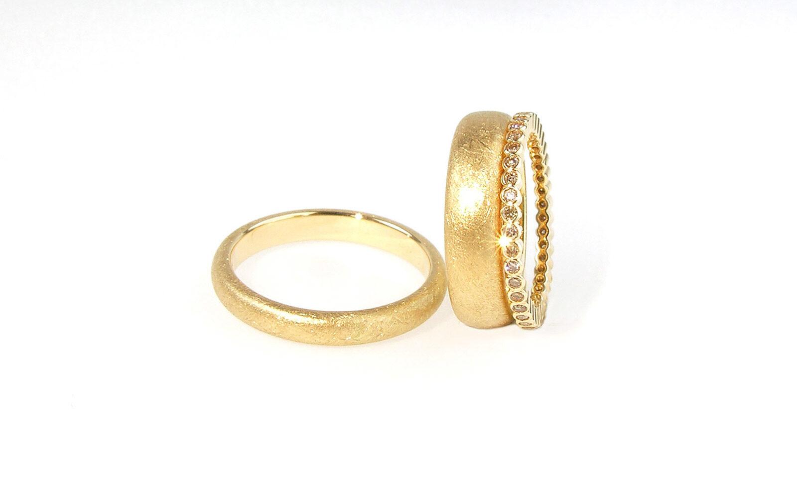 Hochzeitsring Alliance Rosegold. Trauringe Roségold 750, CHF 1200.- / 1500.-, Alliance mit 39 naturfarbenen Brillanten d 1.3 mm, CHF 2400.-